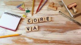 La base valora concepto Letras de madera en el escritorio de oficina metrajes