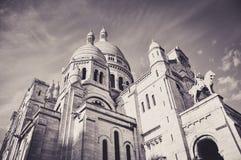 La basilica famosa di Sacre Coeur che sporge Parigi dal monticello Montmartre immagini stock