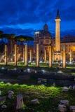 La basilica Ulpia e la colonna del ` s di Traiano alla notte a Roma, Italia fotografie stock libere da diritti