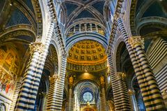 La basilique arque l'église Siena Italy de Nave Rose Window Stained Glass Cathedral images libres de droits
