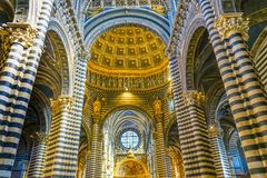 La basilique arque l'église Siena Italy de Nave Rose Window Stained Glass Cathedral photo libre de droits
