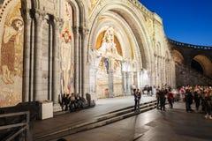 La basilique de notre Madame dans la vue de nuit de Lourdes Photographie stock libre de droits