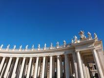 La basilique de St Peter à Roma avec des colonnes et des fontaines image libre de droits