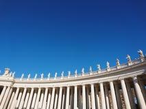 La basilique de St Peter à Roma avec des colonnes et des fontaines photo stock