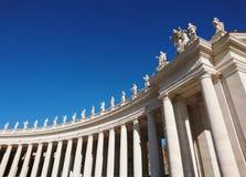 La basilique de St Peter à Roma avec des colonnes et des fontaines images stock
