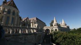 La bastion du pêcheur est une terrasse dans le style néogothique et néo--roman situé sur la banque de Buda de Danube banque de vidéos