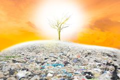 La basura causa el calentamiento del planeta si no ayudamos a ahorrar el mundo Después, el color de restauración no será fotos de archivo libres de regalías