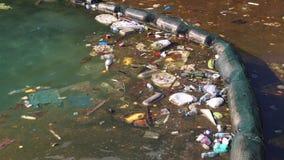 La basura flota en el mar cerca del abuso de la costa del ambiente metrajes