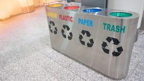La basura inoxidable del cubo de la basura del edificio interior de la oficina del terminal de aeropuerto recicla Fotos de archivo libres de regalías