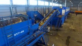 La basura que recicla proceso en una planta inútil del disposla abejón 4K