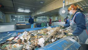 La basura que se mueve a lo largo de la banda transportadora está consiguiendo clasificada Planta de reciclaje inútil almacen de video
