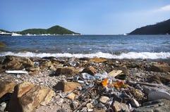 La basura se lava para arriba en la orilla del distrito meridional del ` s de Hong Kong Island foto de archivo