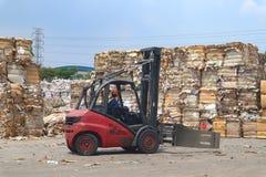 La basura y el papel reciclan en el ambiente de fabricaci?n del cargo del almac?n, industria imagen de archivo