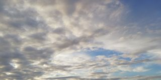 La bataille de la lumière et de l'obscurité Nuages blancs légers et nuages foncés dans le ciel bleu Fond peu commun intéressant images libres de droits