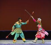 """La batalla entre el """"Little Worriors de la ópera de princesa-Pekín del  del family†de Yeuh's Imágenes de archivo libres de regalías"""