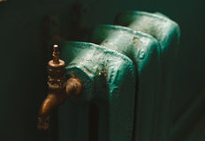 La batería vieja verde del hierro de Paited con el golpecito de cobre amarillo; Entonado; Fotografía de archivo