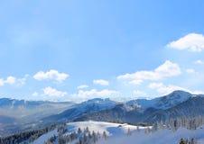 La Baviera del paese delle meraviglie di inverno, fondo del cielo blu con le nuvole Immagini Stock