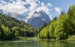 La Baviera Germania di Garmisch-Partenkirchen di panorama delle alpi di Riessersee Immagini Stock