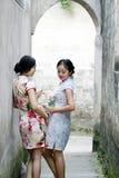 La beauté chinoise d'amies dans le cheongsam apprécient le temps gratuit Photo libre de droits