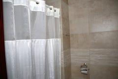 La beauté d'une douche moderne avec les rideaux blancs photo libre de droits