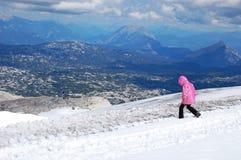 La beauté de la nature, paysage alpin stupéfiant, marchant dans le bâti, ciel bleu, nuages, vapeur, brouillard, neige a couvert d photo libre de droits