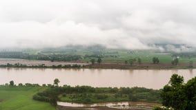 La beauté du brouillard de matin le long du Mekong en Thaïlande, 4K Timelapse banque de vidéos