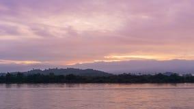 La beauté du lever de soleil de matin sur la rivière dans le Mekong en Thaïlande, 4K Timelapse banque de vidéos