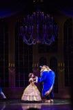 la beauté et la bête pendant le mickey d'or montrent à Hong Kong Disneyland Image libre de droits