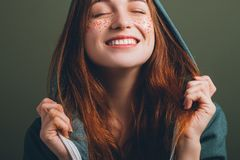 La beauté femelle de la jeunesse a clôturé le sourire toothy de yeux image libre de droits