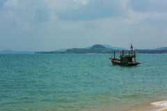 La beauté naturelle étonnante Île de Samui thailand Bateau outre de la côte dans la distance l'île Fusions de mer de turquoise av image stock