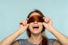 La beauté saine de cheveux entaille le shampooing heureux de soin de femme photographie stock