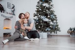 La beaux maman de Joyeux Noël et de bonne année, papa et fille utilisent un ordinateur portable et sourient tout en presque se re Photo libre de droits
