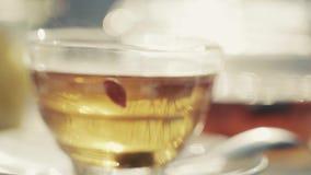La bebida con sabor a fruta caliente en la taza está cociendo al vapor almacen de metraje de vídeo