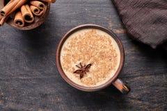 La bebida condimentada india caliente tradicional de la leche dulce del latte de chai del té de Masala, jengibre, cinammon se peg fotografía de archivo libre de regalías