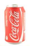 La bebida de Coca-Cola adentro puede aislado en el fondo blanco Foto de archivo