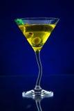 La bebida de Martini sirvió en la tabla de cristal con los cubos de hielo Imágenes de archivo libres de regalías