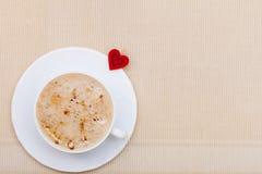 La bebida del café blanco de la taza y el símbolo calientes del corazón aman el día de tarjeta del día de San Valentín Imagen de archivo libre de regalías