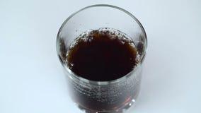 La bebida efervescente se vierte en un vidrio almacen de metraje de vídeo