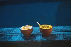 La bebida india tradicional llamó al lassie Bebidas frescas de Youghurt Prepárese de lassi de la bebida fotografía de archivo