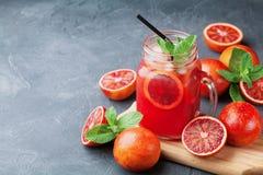 La bebida o el jugo fría de la limonada del verano adornó las hojas de menta en el tarro de cristal del albañil en la tabla de pi Foto de archivo libre de regalías
