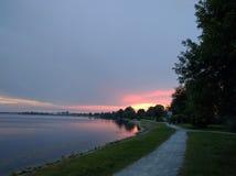 La beffa di Wilhelmshaven vede & x28; lake& x29; tramonto immagini stock