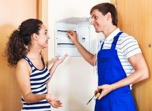 La bei donna e riparatore vicino ad elettrico misurano Immagini Stock Libere da Diritti
