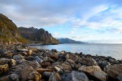 La bei montagna e mare abbelliscono, Lofoten, Norvegia del Nord Fotografia Stock Libera da Diritti