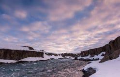 La bei nuvola e paesaggio vicino a Godafoss cade, l'Islanda fotografia stock libera da diritti