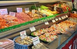 La Belgique - l'Ostende - stalle avec les fruits de mer frais et fumés aiment des fis Image libre de droits