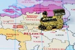La Belgique sur la carte avec un train miniature images stock