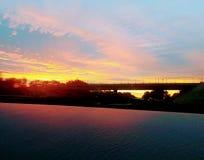 La bella alba con acqua e grande seneray fotografie stock libere da diritti