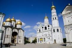 La bella architettura bianca di Ivan il grande campanile e la cattedrale ortodossa Uspenskiy, Cremlino di Mosca, Russia Immagini Stock