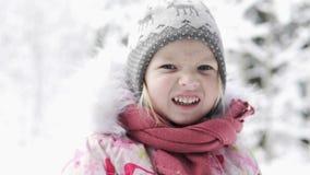 La bella bambina cammina in una foresta nevosa stock footage