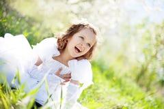 La bella bambina, con sbocciare del cespuglio Fotografia Stock